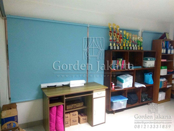 contoh roller blinds bahan blackout warna biru