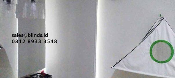tirai menggulung roller bahan blackout warna beige di Meruya id4164