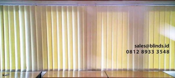 bahan semi blackout vertical blinds warna cream sharp point di Gatot Subroto id4326