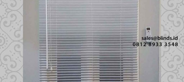 contoh tirai wooden blinds warna putih di ciganjur id4296
