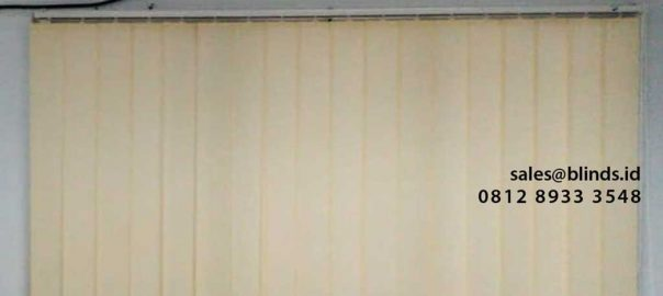 contoh vertical blinds semi blackout warna cream di Marunda id4302