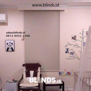 pasang roller blinds blackout jendela kamar anak di Menteng id4349