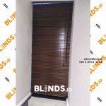 gambar venetian blinds bahan wooden warna coklat