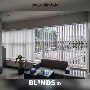 contoh gorden kantor vertical blinds bahan dimout warna grey di Petamburan id2694