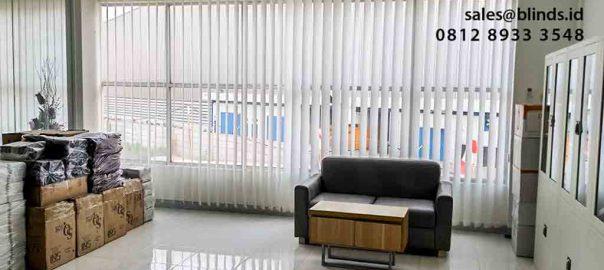 gambar vertical blinds semi blackout warna putih di Cikarang id4897